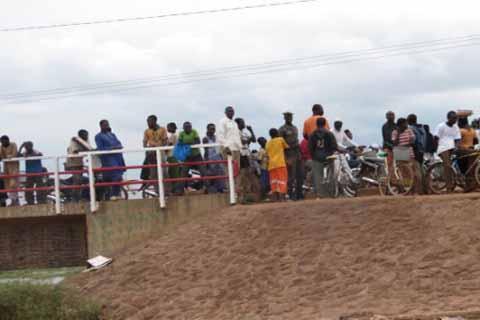 Le corps sans vie d'une femme sorti du barrage n°1 de Ouagadougou par les sapeurs pompiers