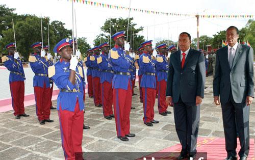 Les Présidents Blaise Compaoré du Burkina et Mahamadou Issoufou du Niger coprésident la sortie de la 12è promotion d'élèves officiers d'active à Pô