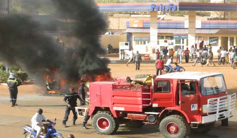 Incendie à Tampouy: Un taxi part en fumée