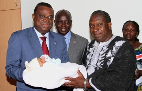 Des émissaires du Président du Faso rendent visite au premier bébé né à l'Hôpital National Blaise COMPAORE