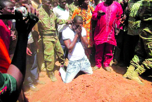 Banfora: Abdoulaye Soulama se recueille sur la tombe de son père