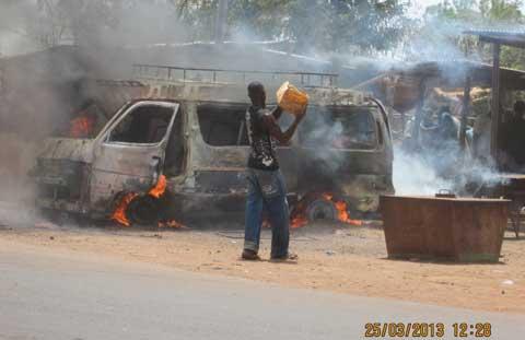 FAIT DIVERS: Un mini car en stationnement prend feu à Fada