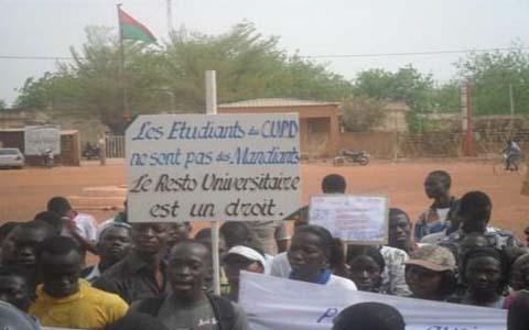 Dédougou: Insatisfaits, les étudiants s'installent au gouvernorat