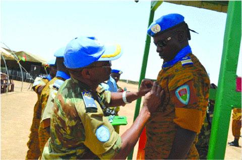 Mission hybride des nations unies - union africaine au Darfour: Les éléments du Bataillon Laafi 4 décorés à Forobaranga
