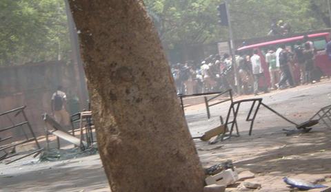 Grève des élèves: Des tables-bancs partent en fumée devant le lycée Zinda Kaboré