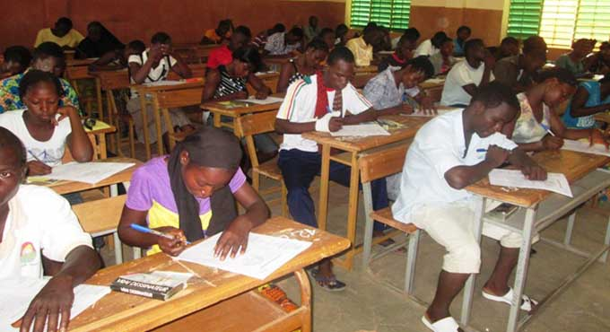 Examens du secondaire:                                      Carton rouge aux porteurs de perles