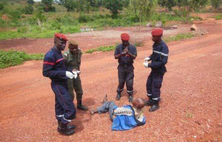 Faits divers: Saoul d'alcool, il tombe d'une Peugeot bâchée en circulation