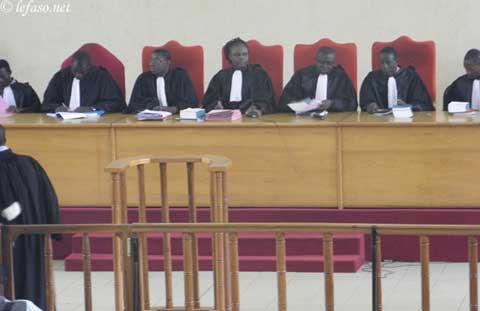 Procès des étudiants: Le tribunal trébuche