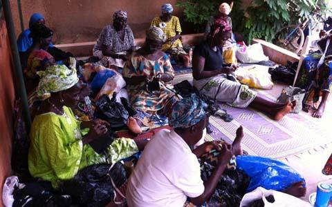 Sacs plastiques: Une seconde vie en accessoires de mode et de décoration