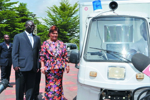 Evacuation des malades des zones rurales: La première Dame offre 12 motos-ambulances