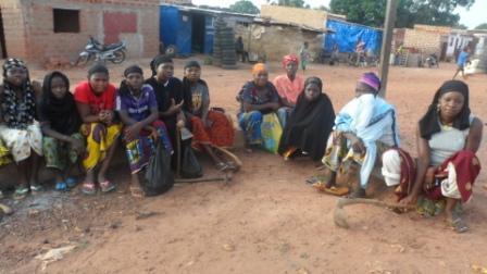 Culture de champs à Bobo-Dioulasso: Des femmes et des filles à 750 F la journée de travail