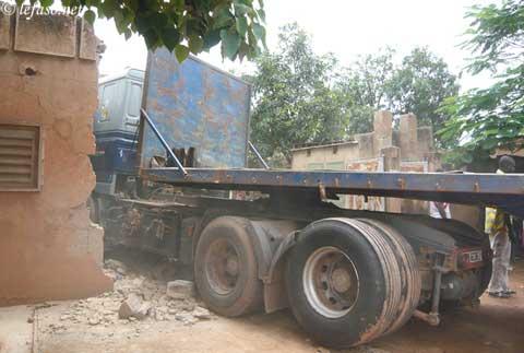 Conduit par un jeune sans permis, un camion démolit une habitation à Tampuy