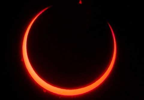 Eclipse solaire du 3 novembre 2013: Les spécialistes conseillent, la population entre curiosité et appréhension.