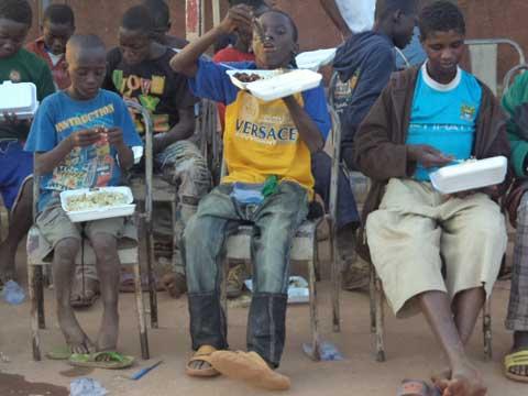 Festivités de Noël: l'association ''Cercle de l'espoir'' offre un instant de bonheur aux enfants dans la rue