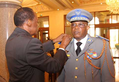 Le Président du Faso remet des épaulettes à deux généraux de l'armée burkinabè