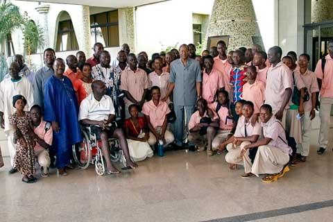 Des jeunes en visite au palais présidentiel échangent avec Blaise Compaoré