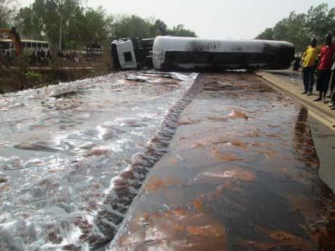 Route Bobo-Ouagadougou:  Une citerne se renverse et bloque la circulation sur la N1