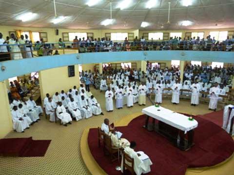 Se purifier pour purifier les autres: les prêtres confessent leurs péchés.