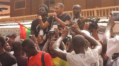 Le balai citoyen devant le siège de la SONABEL Ouaga: «Nous sommes venus exprimer notre colère»