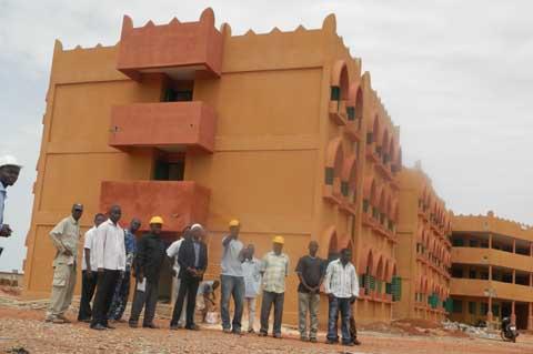 Urbanisme et Habitat  des Hauts-Bassins: Des contrôleurs sur le chantier de la cité universitaire de Bobo