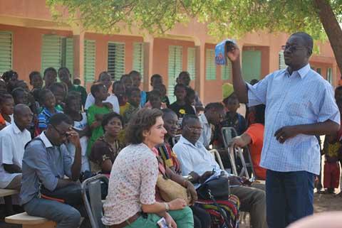 Initiation à la lecture en milieu scolaire défavorisé: Planète enfants en expérimentation à l'école Sandogo A