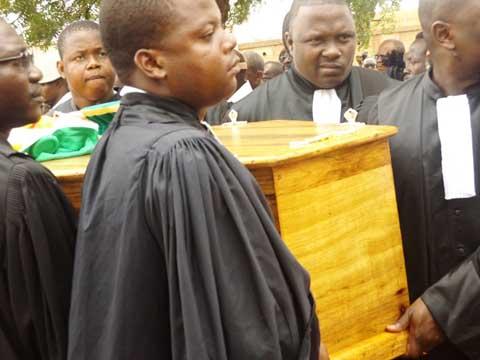 Inhumation du juge Nébié: un mouvement de protestation a accompagné le cortège funèbre