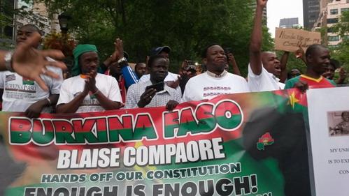 Projet de référendum au Burkina: Des manifestants devant le siège des Nations Unies
