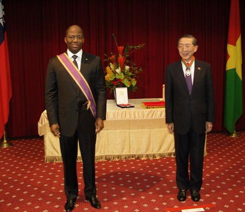 Djibrill Bassolé reçoit  la distinction de l'Ordre de l'Etoile Brillante de Taiwan