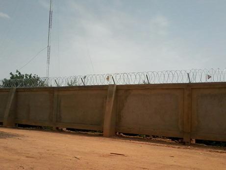 Vigilance citoyenne: Danger d'électrocution sur le mur de la Mutuelle d'épargne, de crédit et de prévoyance L.S.K Laafi Sira Kweogo