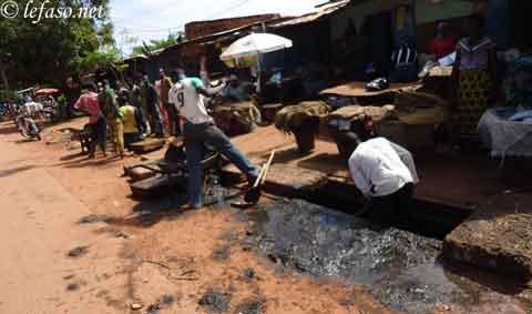 Bourrage de caniveaux à Ouaga: Quand le citoyen «fabrique» ses problèmes
