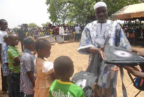 Ecole Primaire de Sakoudi: Les acteurs  de 100% de réussite au CEP 2014 récompensés