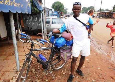 Solidarité internationale: A vélo, Carlos Bassouvi rallie Cotonou à la France pour récolter des fonds