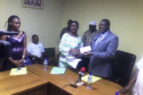 Prévention contre Ebola: le Centre hospitalier Yalgado Ouédraogo reçoit un chèque du groupe EBOMAF