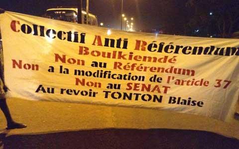 Arrondissement 11  de Ouagadougou: des jeunes manifestent contre le référendum