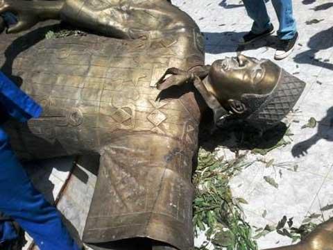 Journée de désobéissance civile à Bobo: des manifestants ont fait tomber le monument à l'effigie de Blaise Compaoré