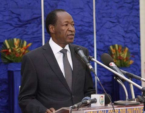 Blaise Compaoré annonce la dissolution du gouvernement, décrète l'état de siège et retire le projet de loi modifiant la constitution.