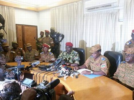 Le Lieutenant-colonel Yacouba Isaac Zida désigné à l'unanimité comme chef de la transition par l'armée.