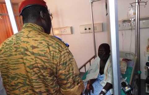 Armée nationale: le lieutenant-colonel Yacouba Isaac Zida au chevet des blessés