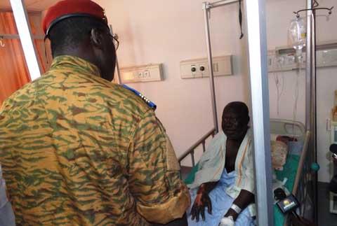 CHU-Yalgado Ouédraogo: Le Chef de l'Etat, le Lt-Col. Zida donne 01 million FCFA aux blessés.