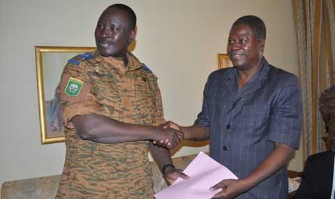Transition au Burkina: L'avant-projet de la charte a été remis au Lieutenant-colonel Yacouba Zida