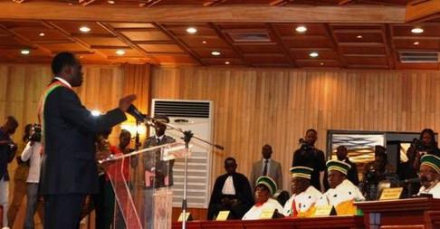Le chef de l'Etat de la transition, Monsieur Michel Kafando, a prêté serment ce mardi matin à la salle des banquets de Ouaga 2000 devant le Conseil constitutionnel à qui il a remis la liste de ses biens. Revivre la cérémonie sur notre page Facebook: https://www.facebook.com/lefaso.net