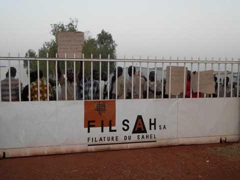 Manifestation à la Filature du Sahel: Travailleurs et émissaires du Premier ministre discutent