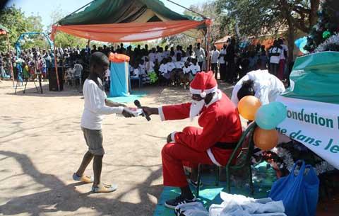 Noel 2014: les Fondations BOA et Lucie Kaboré/Traoré apportent la joie à 250 orphelins