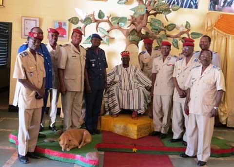 Etat-major général des armées: Le Gal. Pingrenoma Zagre reconnaissant aux  autorités coutumières et religieuses