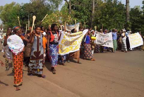 Bobo-Dioulasso: les épouses des travailleurs de SAP Olympique sont dans la rue pour soutenir leurs maris