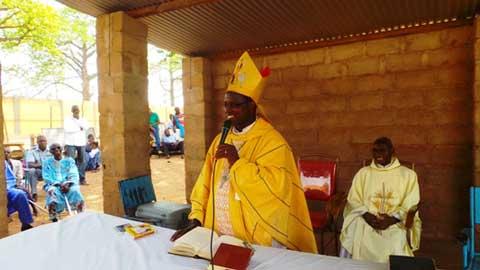 Mgr Prosper KONTIEBO célèbre la Pâques avec les prisonniers.