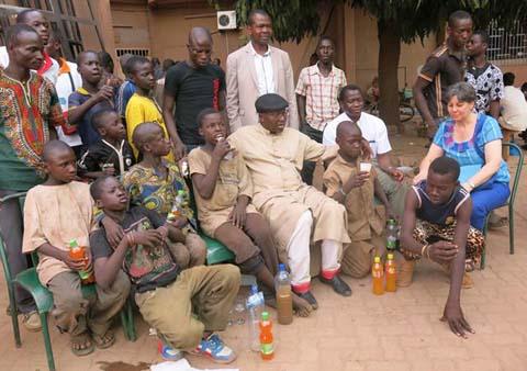 Pâque 2015 à Ouaga: Le cardinal Philippe Ouédraogo apporte du riz gras aux enfants de la rue