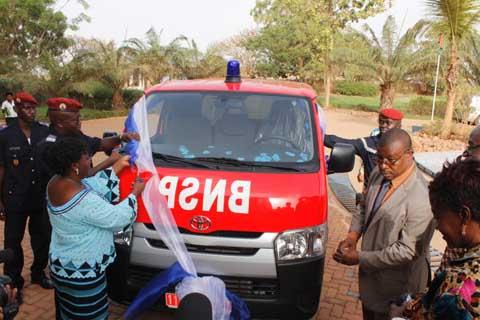 Soutien à la brigade nationale des sapeurs- pompiers: l'ONEA offre une ambulance