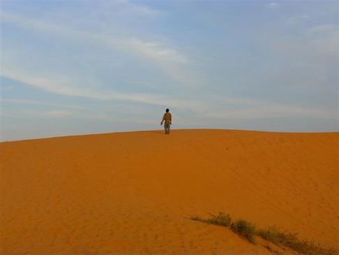Oursi: Mare et dunes de sable en souffrance