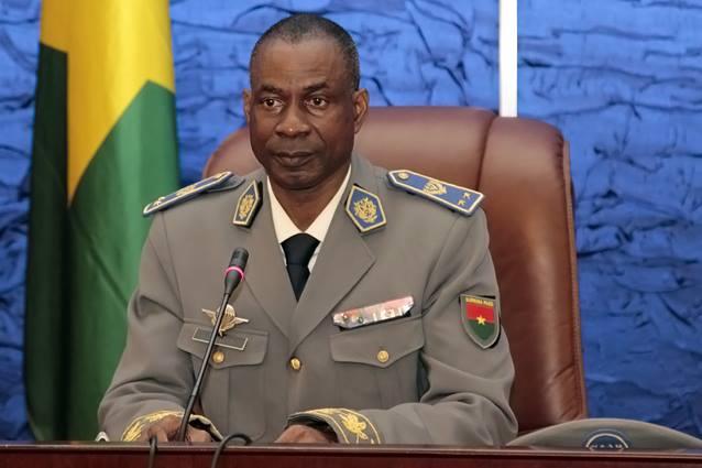Contrairement à certaines rumeurs, le Gal Diendéré, qui participe aux négociations entre chefs militaires depuis hier soir, est bien présent à la présidence et devrait faire une déclaration à 9 heures ce mardi matin.